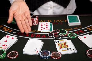 jetons cartes main table de jeu